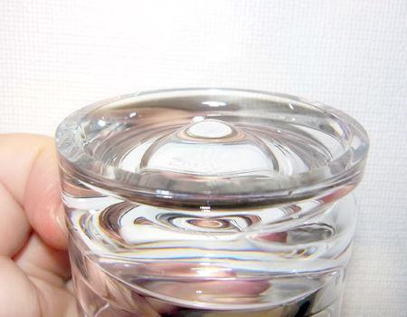 底部にあるこの盛り上がりがポイント。ここが支点となって、グラスが回転します