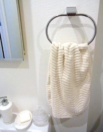 自宅の洗面所で実際に取り付けようと思ったら…筆者宅のタオルかけはこんな形状。バーじゃない…