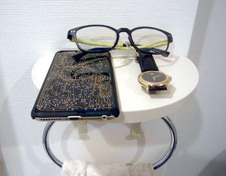 ちょっとした棚があると、顔や手を洗う時に、メガネやスマホ、時計などを置けるので便利