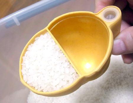カップの仕切り半分だけをすくえばちょうど半合(無洗米の場合は、内側の線までで半合です)
