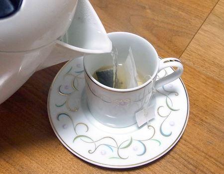 カップにティーバッグを入れて、沸騰した熱いお湯を注ぎます