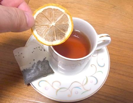 ティーバッグを取り出したらレモンを紅茶に浮かべます