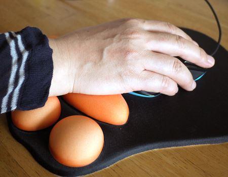 肉球でしっかり手首をサポートしてくれます