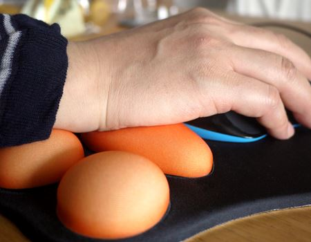 マウスを下よりに移動すると、下の丸い肉球で手首をサポートしてくれます