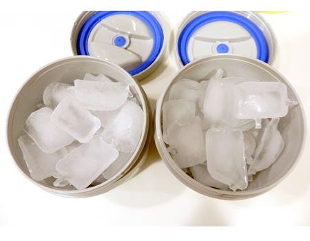 2つの容器にそれぞれ氷を詰めて密閉。我が家の氷だと27〜28個ぐらいが入りました