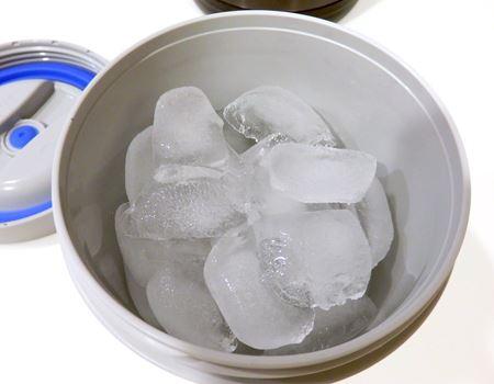 約6時間後の状態。氷は少し小さくなり、底に溶けた水が少々たまっているものの、氷は十分に残っています