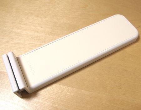 これが「COOK LOOK (クックルック)」。壁や棚のドアに貼り付けることで、スマホやタブレットを挟み込んで備え付けられます