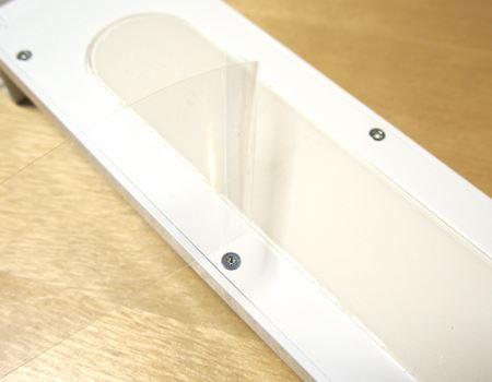 接着剥離シートが貼ってあるので、まずこれを剥がします。剥がすとベトベトの接着面が現れます