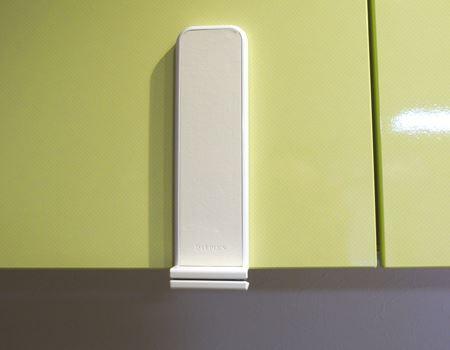 つり戸棚などに貼り付けます。貼り付ける前にキレイに拭いて、汚れを落としておきましょう