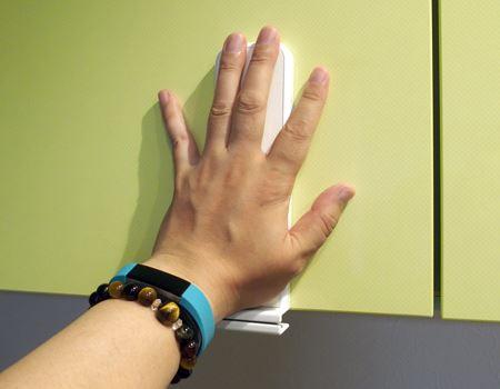 貼り付けたら、手で押し付けて、ちゃんと装着しているかを確認しましょう。しっかり押し付けたら5分くらい待って安定させます