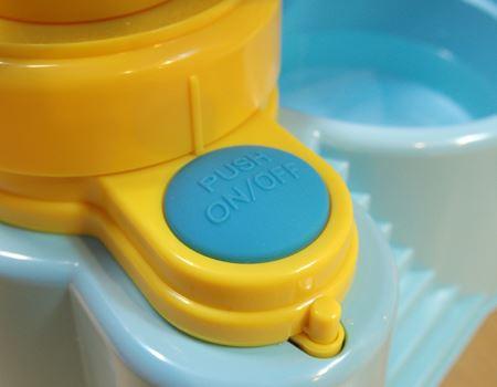 スイッチを入れると水が循環します。単2形アルカリ乾電池×2本(別売り)が必要です