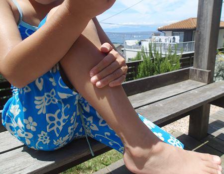 腕の裏から足の裏まで全身にまんべんなく塗ります。塗って10分経過後に海に向かいました