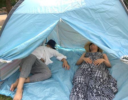 ポップアップテントのなかでも最大級の3人用なので、大人2人が寝転がってもまだまだ余裕! 横にも縦にも、圧迫感がありません