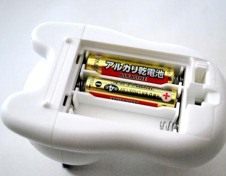裏側に単4形乾電池を3本(別売り)入れます。スイッチもこちら側にありますね