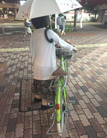 自転車で来たものの、帰りに雨が降ってしまった…そんなときも手ぶらんブレラがあれば、両手で自転車を押して帰れます!