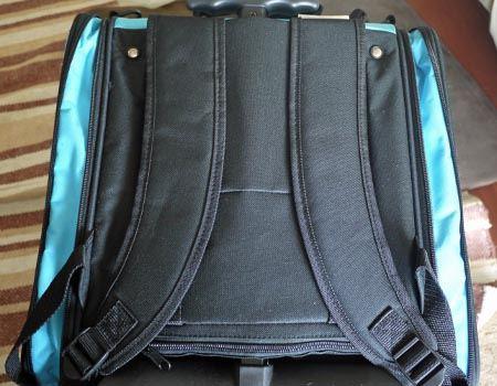 背面にサイズ調整付きのバックパックベルトがついています