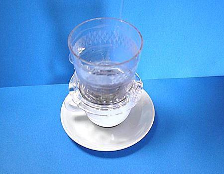 ホルダーには目盛りがついていて、お湯を入れる量をショート(30ml)、ミディアム(65ml)、トール(85ml)の3段階から選べます