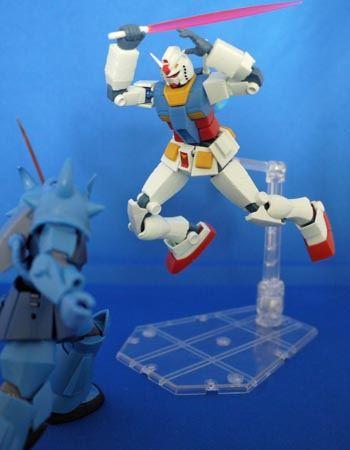 しかし捉えたはずのガンダムは上空からグフに対して攻撃!!