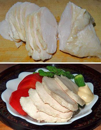 しっとりとしたゆで鶏の完成! 薄くスライスしてマヨネーズやゆずこしょうでいただきます。サラダのトッピングにもGOOD。周りに煮こごり(ゼリー状のプルプル)ができるので、それも一緒にかけて召し上がれ!
