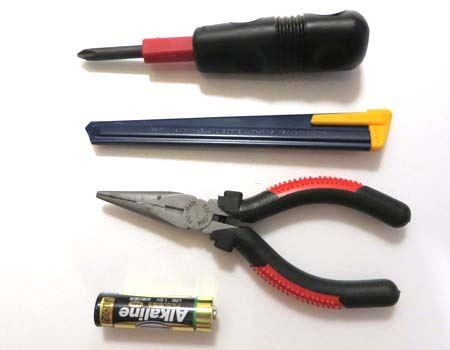 プラスドライバー、カッターナイフ、ニッパー、単三電池1個を準備