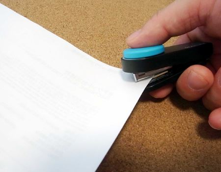 10枚程度の紙をとめることができます。小型ながら力を入れやすい形状は好印象!