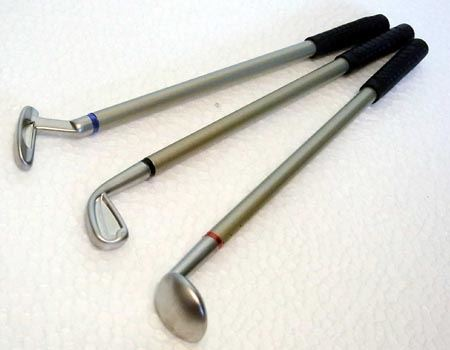 手前からドライバー(赤)、アイアン(黒)、パター(青)の3本セットで、それぞれにペンの色が違います
