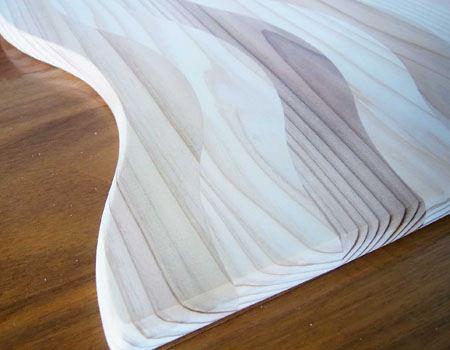 反りを抑える秘密は、天然杉を波形状にカットしてつなぎ合わせること。これで木の繊維が絡み合い反りを抑えています