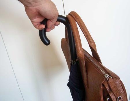 こんな感じで、持ち手にカバンを掛けられます。これは便利!