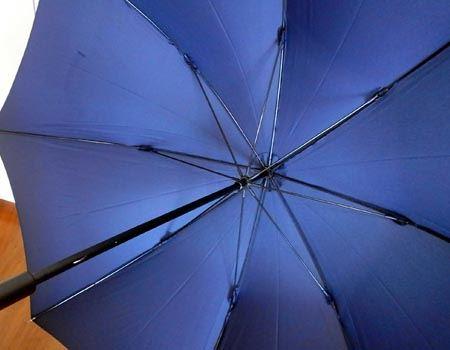 シャフトはアルミニウム製、傘の骨はグラスファイバー製でとてもしっかりした作りになっています