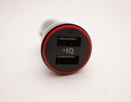USB端子が2基搭載されているので2台同時に充電できます。IQのロゴについては後述しますね