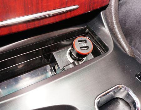 というワケで、車のシガーソケットに挿し込んでみました  width=