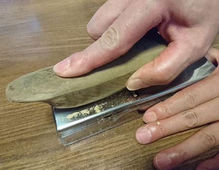 カンナのような削り器で削っていきます