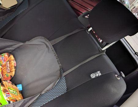 後部座席のヘッドレストにも反対側の持ち手をかければ、ハンモック状に固定できるんです