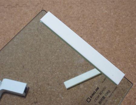 次にガラスの側面に脚部とガラスを固定する滑り止めを装着します