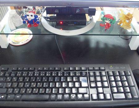 かなりスッキリした感じになりました。ガラス面が透過して下の机が見えるので、より広く感じます