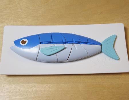 まずは魚を皿に盛りつけます。崩してしまった場合は、お魚順番シートを見て盛りつけ直しましょう
