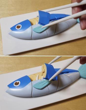 最初に食べる場所は背中の頭に近い部分です。マナー魚はプラスチック製で結構すべりやすい。箸には一応すべり止めがついていますが、それでも慎重に取り出さないとすぐに落としてしまいます。徐々にしっぽに向かって食べていく感じです