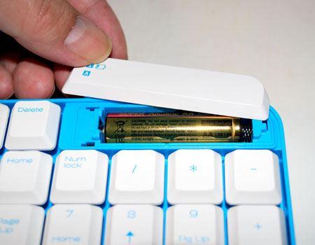 キーボードの一番右上に単3形乾電池を1本入れます