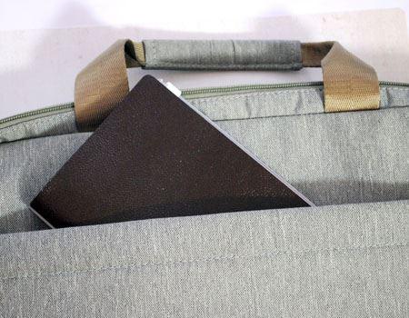 とても薄いので、カバンの細いポケットにもすっぽり入ります
