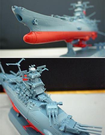 波動砲内部にもクリアパーツを使用。主砲は旋回してポーズをつけられます