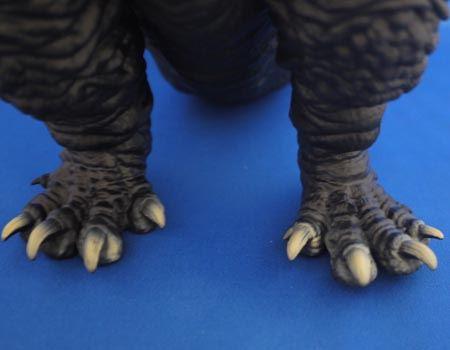 足の爪先のゴツゴツ感もとてもよくできています