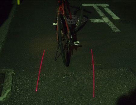 こんな感じで、自転車の車幅を知らせてくれます。自転車と一緒に動くのでさすがに自動車のドライバーは気がつくと思います