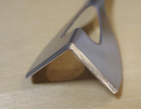 先端に刃が付いているのでバターの切れ味が違います。ちなみに、指で触れてもまったく切れる心配がない程度の刃です