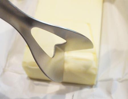 いよいよバター入刀です
