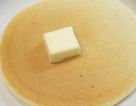 さっそくホットケーキに乗せてみました。なかなかいい感じのフォルムのバターが乗せられたのではないでしょうか