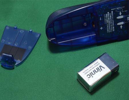 底面に電池ボックスがあります。電池はなんと9V角型電池です。電池は1つ同梱されています
