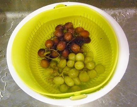 続いて、ブドウを洗ってみましょう。これはいいですねえ〜