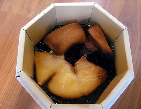 チーズとハムを最も火力と煙が強い下の段に置いたため、ややスモークし過ぎて焦げてしまいました。残念〜!
