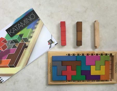 中身は、問題集・ルールブック、12個のブロック、ブロックを入れるマス目の書かれた枠(ブロックが置かれています)、穴埋め用のブロックが赤色5個と茶色3個、難易度を調整する仕切り棒