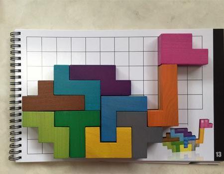 問題集には、このように絵に合わせてブロックを置いたり、指定されたブロックだけでマス目を埋めたりする遊び方もあります